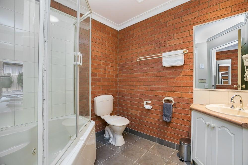 Twin Room with Spa - Bathroom