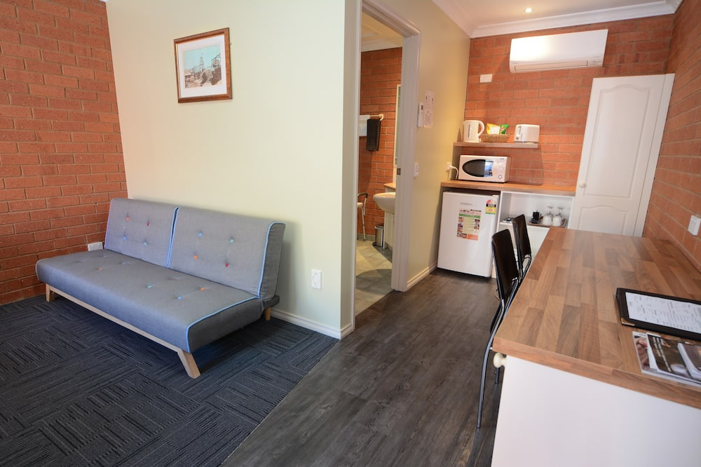 Deluxe Queen Room with Disability Access - Living Area