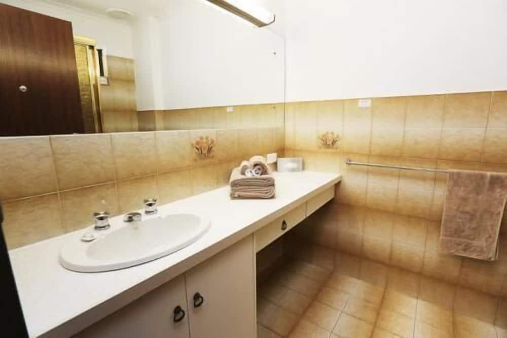غرفة عادية - لغير المدخنين - بشرفة (Queen Bed and 1 Single Bed) - حمّام