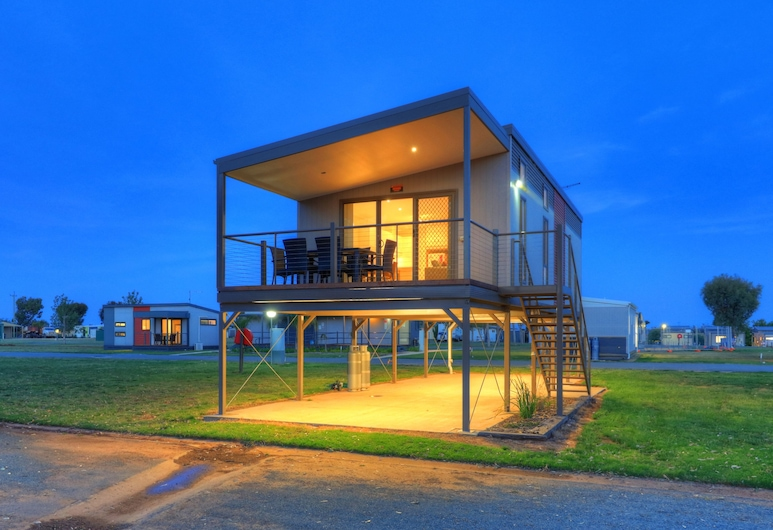 DC on the Lake, Mulwala, 3 Bedroom Elevated Bush View Cabin, Balcony