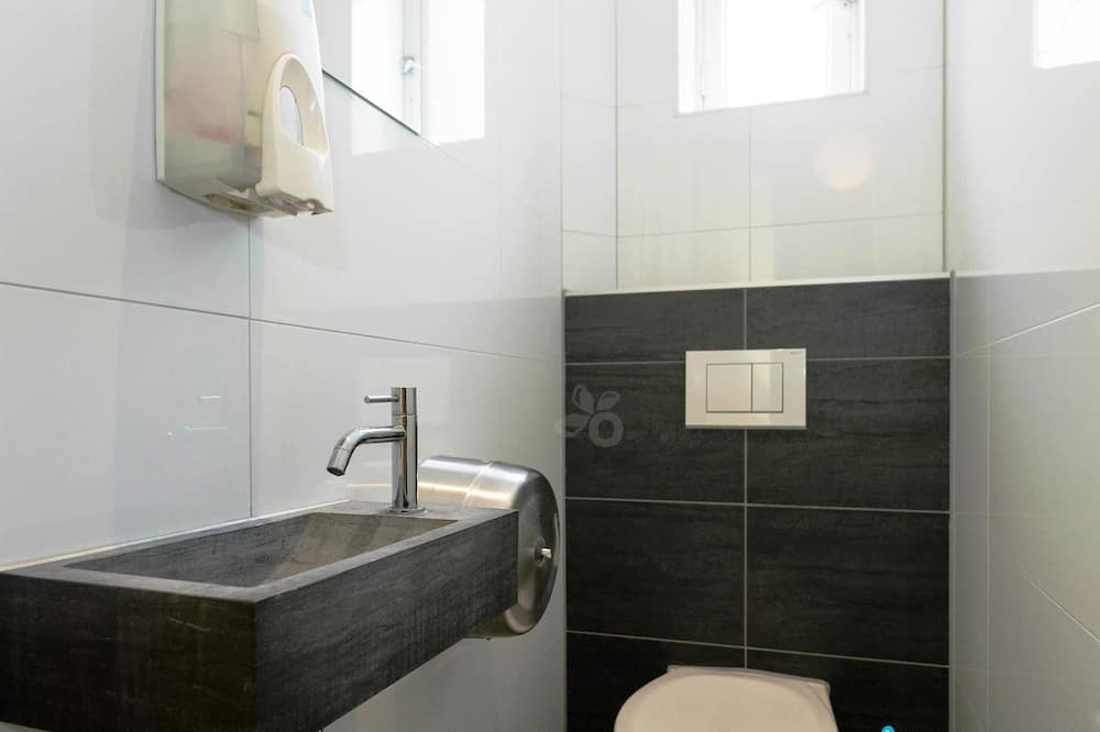 Shared Dormitory, Mixed Dorm (5 beds, caters to guests under 40) - Bathroom