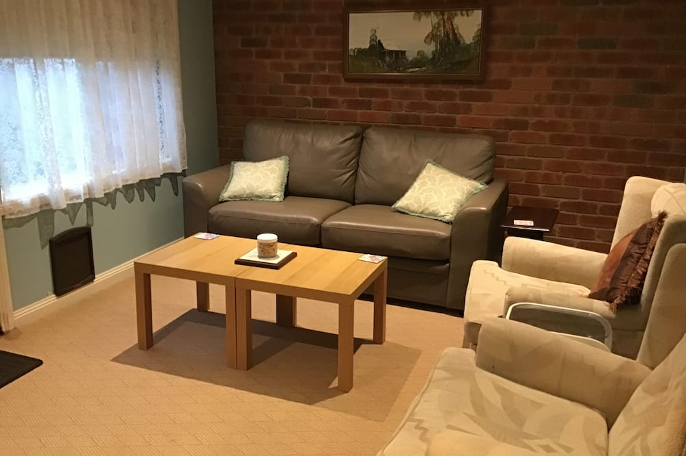 Deluxe Cottage, 1 Bedroom, Kitchen (Pet Friendly) - Living Area