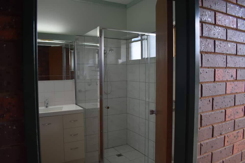 Standard Room, Non Smoking, Balcony (Twin Room (Queen+Single)) - Bathroom