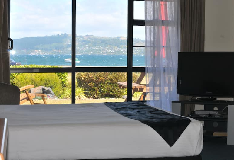 Chelmswood Motel Taupo, Taupo, Queen Studio with Lake View and Private Thermal Pool, Guest Room View