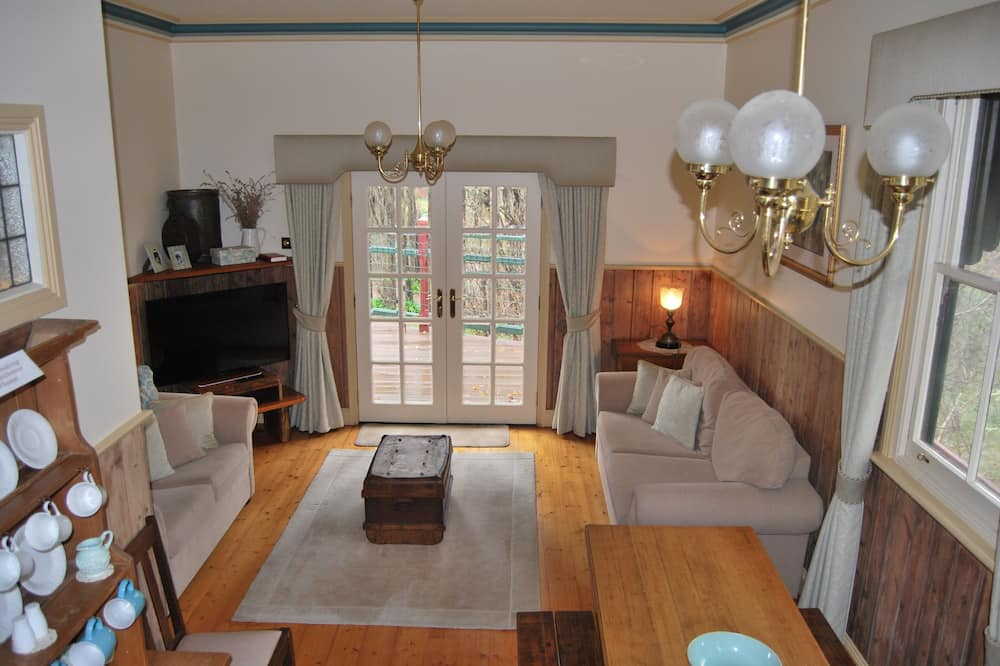 Kelly House 3 (3 Luxury Queen Rooms, 3 Ensuites & 2 Spas) - Living Area