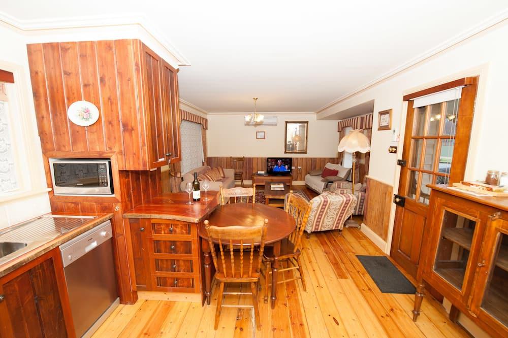 Luxury Suite, 1 Bedroom, Non Smoking, Kitchen (Pickett Luxury1Qn Bed&Spa) - Living Area