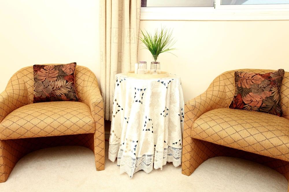 Standardní pokoj, dvojlůžko (180 cm), společná koupelna (Downstairs Location) - Obývací prostor