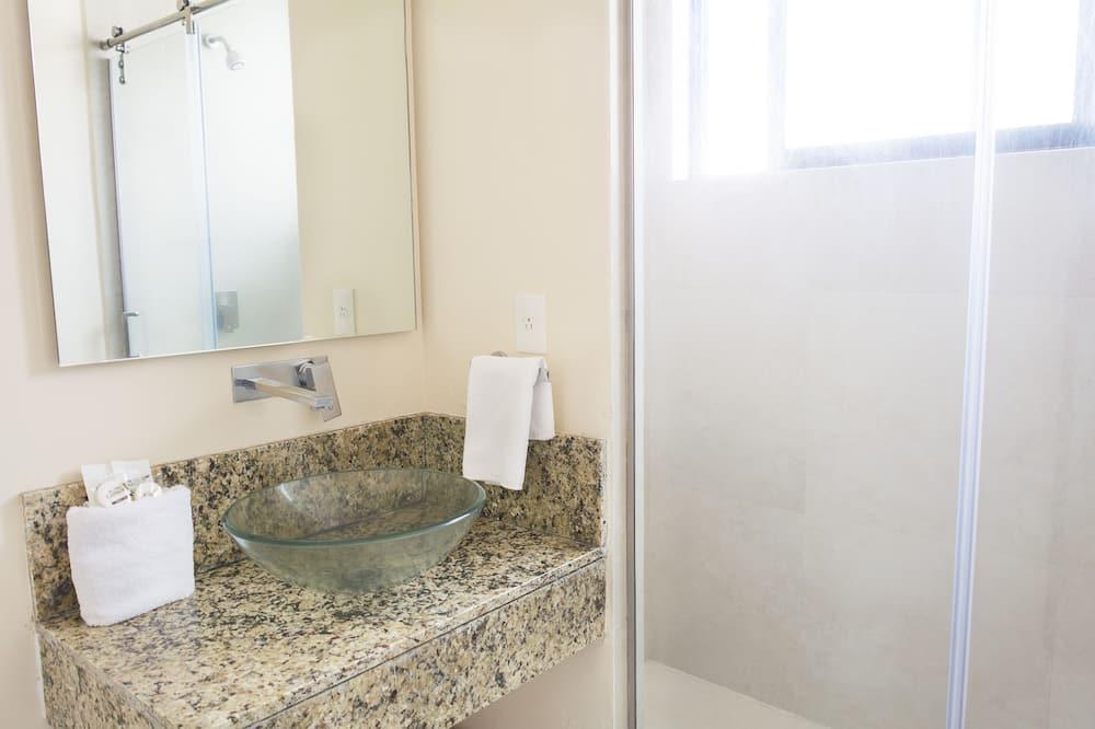 Basic-Dreibettzimmer, 2Queen-Betten - Badezimmer
