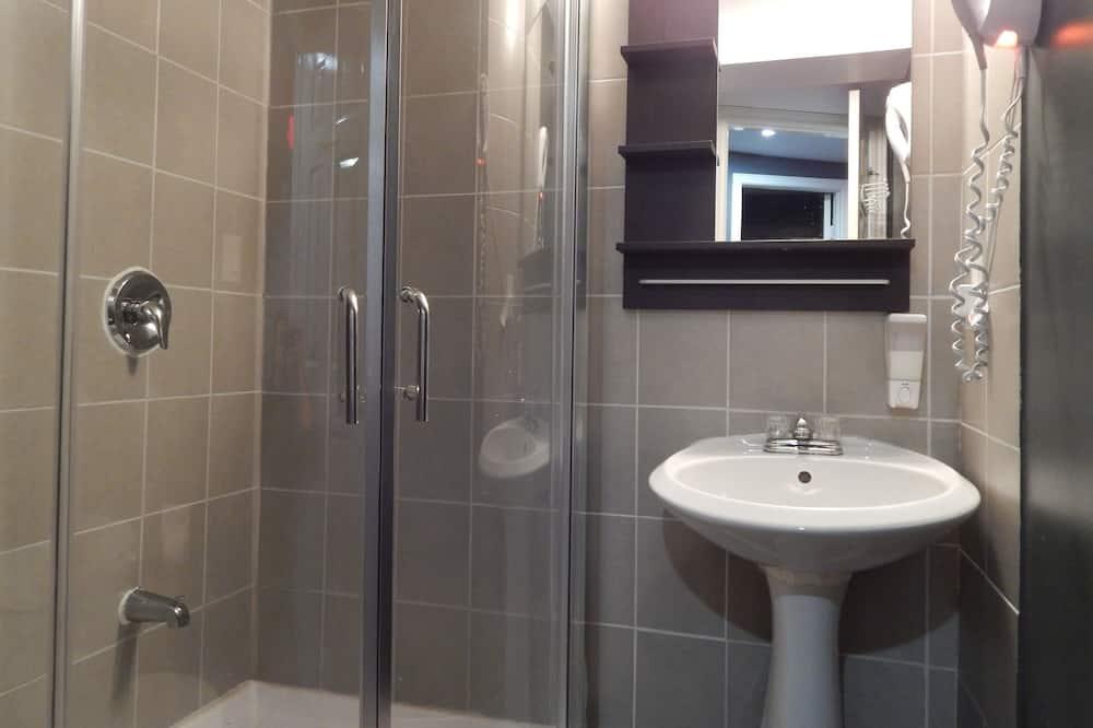 Basic Room, 2 Twin Beds, Shared Bathroom - Bathroom