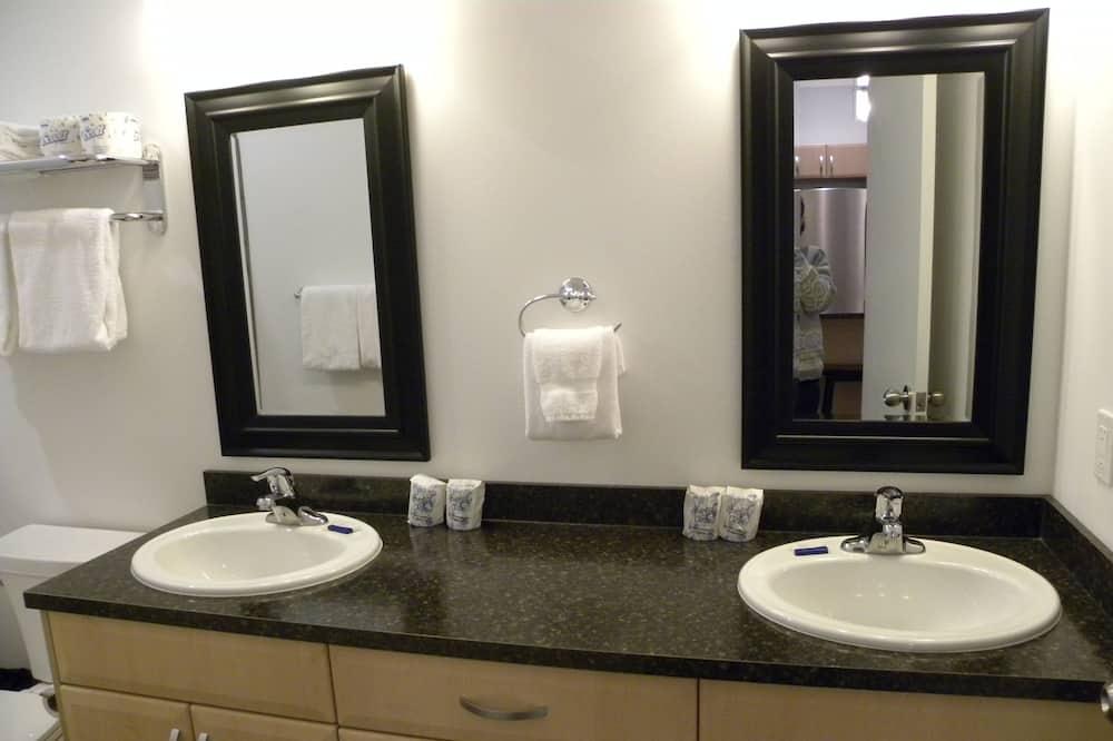 Standard Queen Room - Bathroom Sink