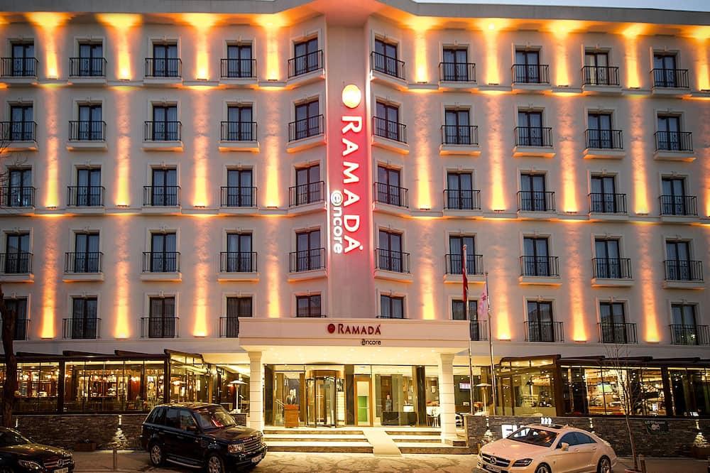 Entrada del hotel (tarde o noche)