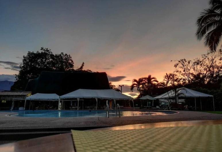 Hotel del Sur, Daniel Flores, Ogród