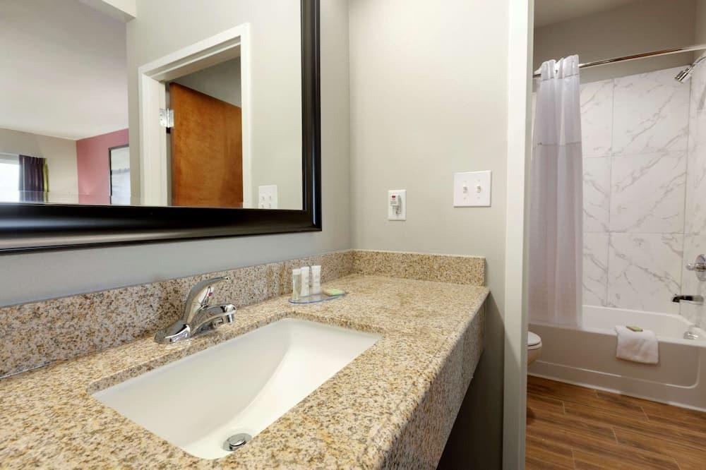Chambre, 1 très grand lit, non-fumeurs - Salle de bain