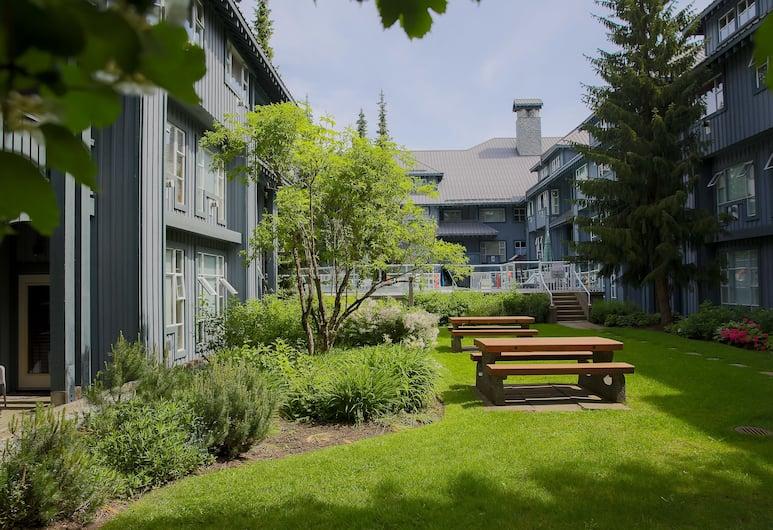 Glacier Lodge Boutique Hotel, Whistler, Courtyard