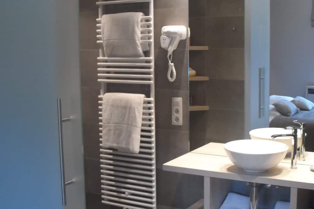 Prabangaus stiliaus kambarys, 1 miegamasis, su patogumais neįgaliesiems, vaizdas į sodą - Vonios kambarys