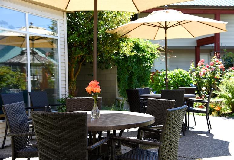 Gibsons Garden Hotel, Gibsons, Gårdsplads