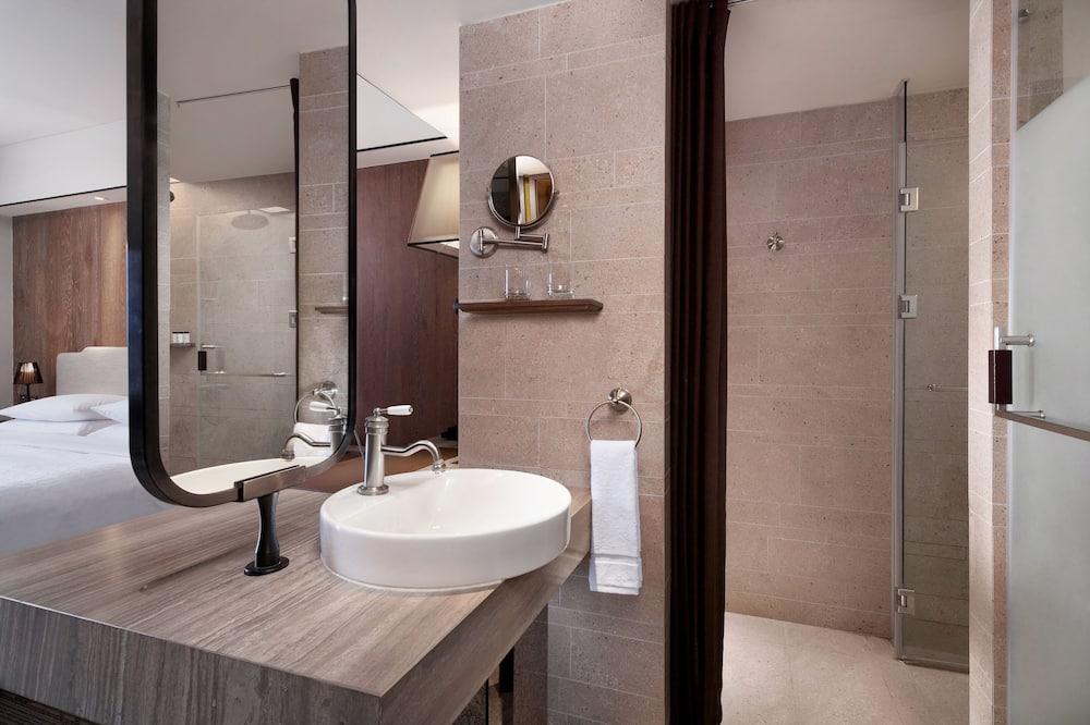Earl Family Corner Room - Bathroom