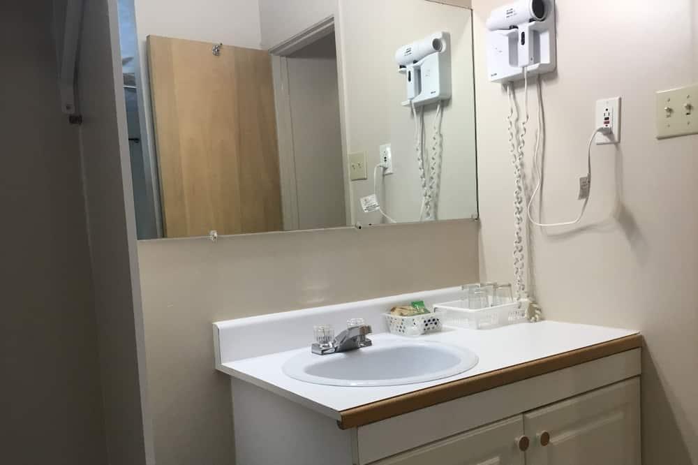 Classic Room, 2 Double Beds, Non Smoking - Bathroom
