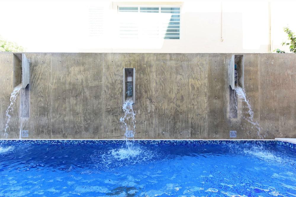 Καταρράκτης στην πισίνα