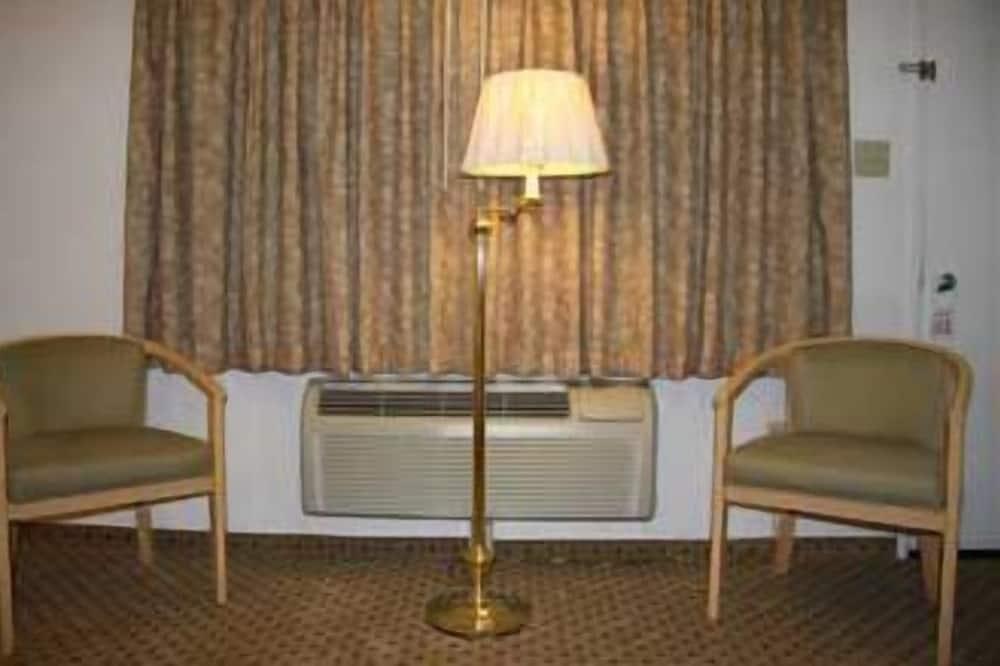 Queen Room, 2 Queen Beds, Non-Smoking - Living Area