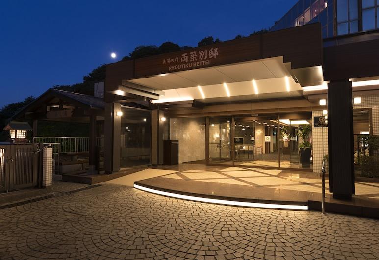Biyunoyado Ryochiku Bettei, Beppu, Průčelí hotelu ve dne/v noci