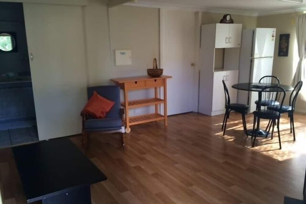 Cottage (Self - Cotained) - Eetruimte in kamer