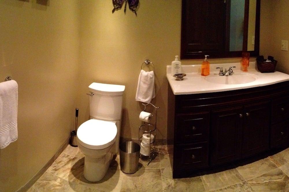 Creekside Suite, 1 Queen Bed, Private Bathroom - Bathroom