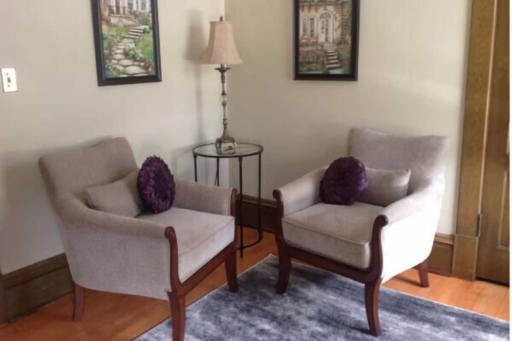 Creekside Suite, 1 Queen Bed, Private Bathroom - Living Area