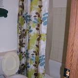 Standard Oda, 2 Çift Kişilik Yatak, Buzdolabı ve Mikrodalga - Banyo