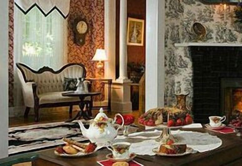 1862 Seasons on Main Bed and Breakfast, Stockbridge, Lobby Sitting Area