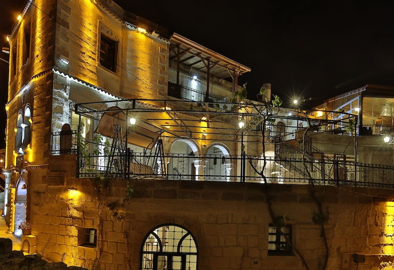 Maccan Cave Hotel, Невшехир, Фасад отеля вечером/ночью
