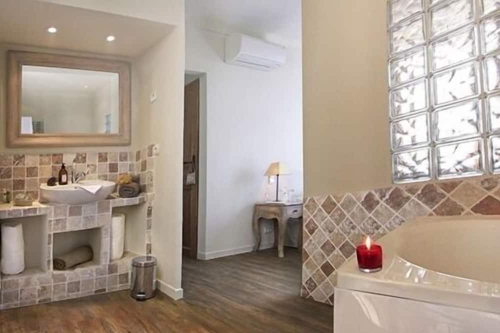Romantic Tek Büyük Yataklı Oda, Sıcak Su Havuzu, Deniz Manzaralı (MARIUS) - Banyo