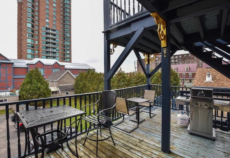 The Noble Suites, Brockville, Suite 200: The Senators Suite, Balcony