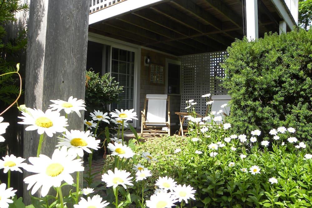 Luxus lakosztály, 1 king (extra méretű) franciaágy és egy kihúzható kanapé, hidromasszázskád, kerti - Kilátás az udvarra