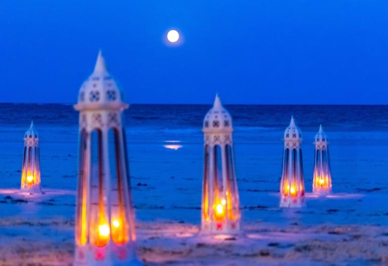 The Sands at Nomad, Diani Beach, Hotelfassade am Abend/bei Nacht