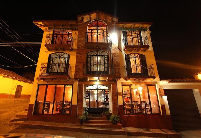 Hotel Real de la Sierra, Mazamitla, Fachada del hotel de noche