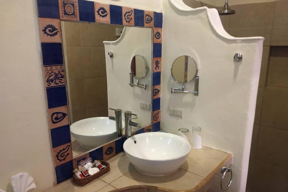 Standard Twin Room, 2 Double Beds - Bathroom