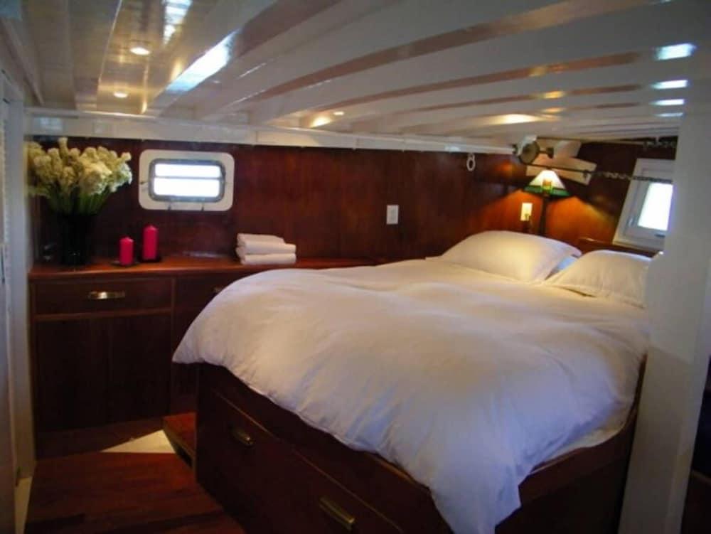 Barkissimo Clic Yacht Hotel Suisun City