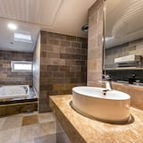 Чотиримісний номер «Делюкс», з видом на місто (with Pocket Wifi, Welcome Pizza) - Ванна кімната