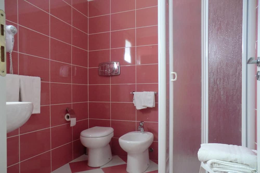 Четырехместный номер, смежные ванная комната и спальня, вид на сад - Ванная комната