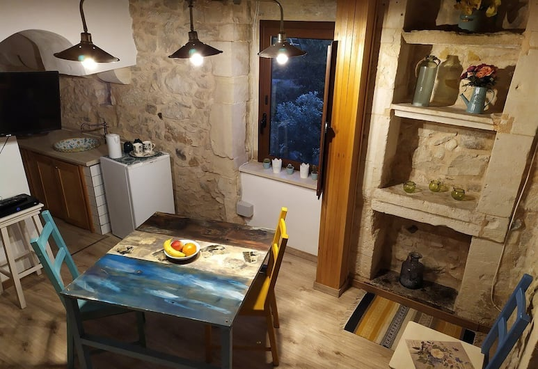 Only for two Giumbabulla Home and spa, Ragusa, Traditional House, 1 King Bed, Hot Tub, Hill View, Living Room