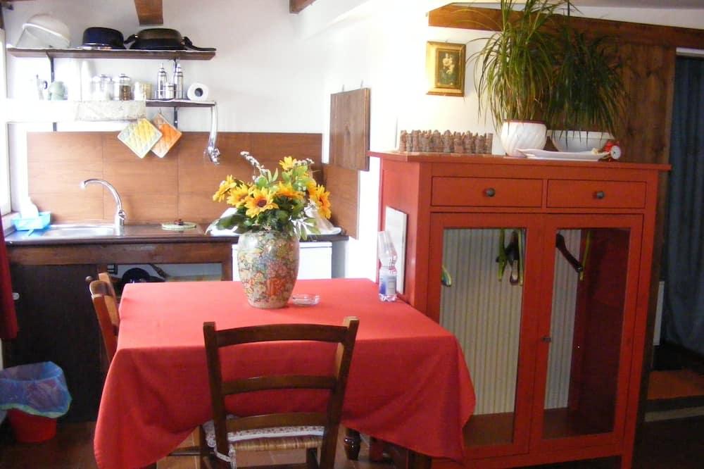 Izba s dvojlôžkom alebo oddelenými lôžkami, 1 spálňa, súkromná kúpeľňa, výhľad na mesto - Stravovanie v izbe