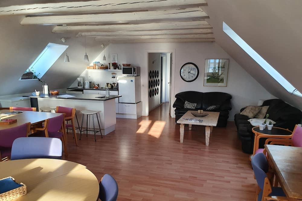 Μονόκλινο Δωμάτιο, Κοινόχρηστο Μπάνιο - Περιοχή καθιστικού