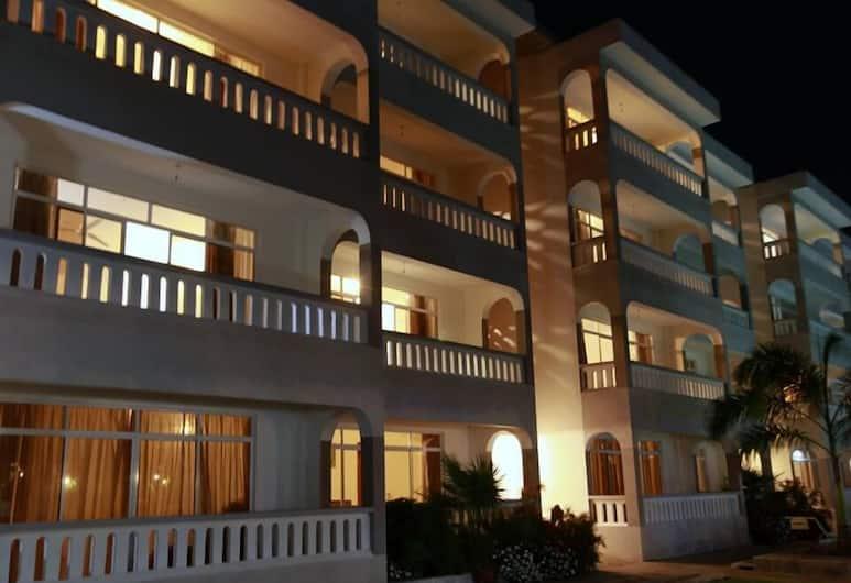 Nightingale Apartments, Mombasa, Fassaad õhtul