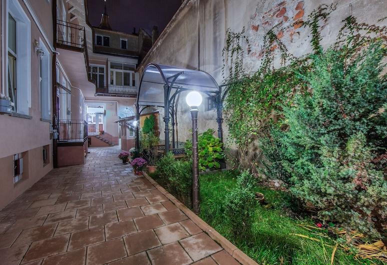 Residence Central Annapolis, בראשוב, חצר