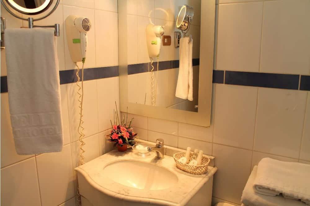 Pagerinto tipo dvivietis kambarys - Vonios kambario kriauklė