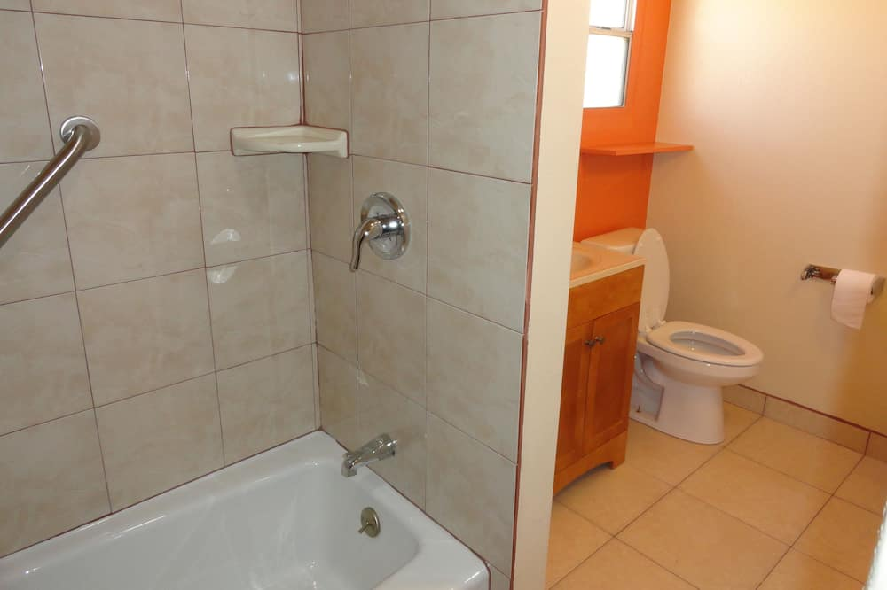 Huone, 2 parisänkyä - Kylpyhuone