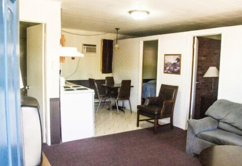 Southsider Motel, Kincardine, Signature Suite, 2 Bedrooms, Living Area