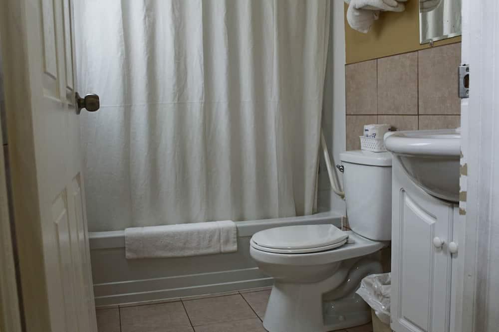 Deluxe Double Room, 2 Double Beds, River View - Bathroom