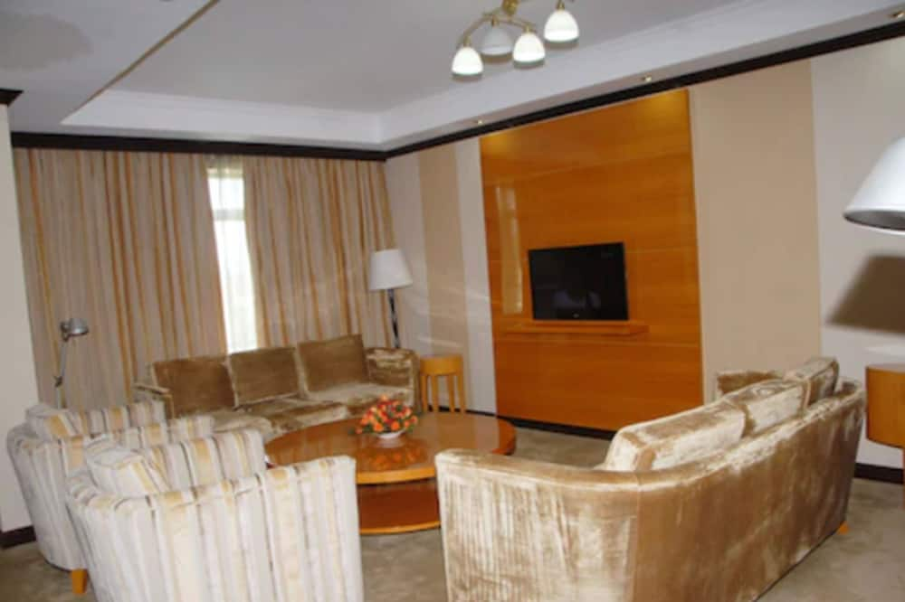 Presidential Suite, Business Lounge Access, Pool View - Living Area